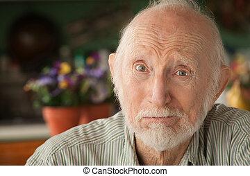 Anciano preocupado