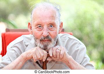 Anciano saludable y feliz
