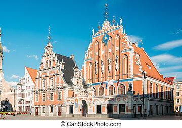 antiguo, día, cielo, casa, popular, cuadrado, señal, schwabe, pueblo, azul, histórico, verano, showplace, riga, latvia., soleado, vestíbulo, touristic