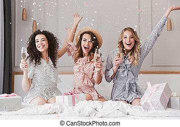 apartamento, 20s, confeti, feliz, tres, diversión, debajo, champaña, elegante, fiesta, bebida, caer, teniendo, mujeres, bachelorette, lujo, mientras, joven