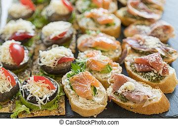 Aperitivos de gourmet: caviar, venado, atún y salmón.