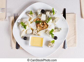 Aperitivos de gourmet con nueces y salsa