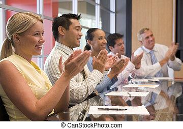 aplaudiendo, businesspeople, cinco, sala juntas, tabla, sonriente