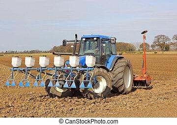 Aplicando pesticidas y cultivando