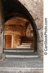 Arco antiguo en Castel del Monte aldea en la región de Abruzzo de Italia, Europa