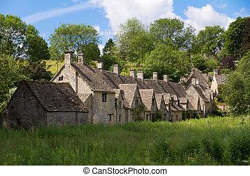 Arlington Row en Bibury con River Coln, Cotswolds, Gloucestershire, Reino Unido