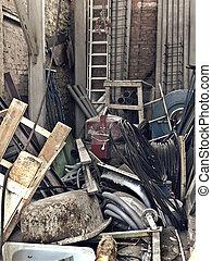 Armario con materiales de construcción y herramientas