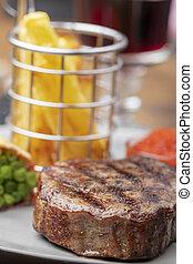 Armario de carne asada con papas fritas