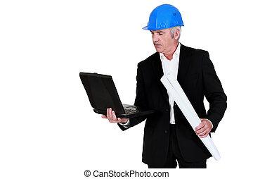 Arquitecto con una laptop