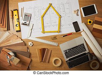 Arquitecto y mesa de trabajo de diseñador de interiores