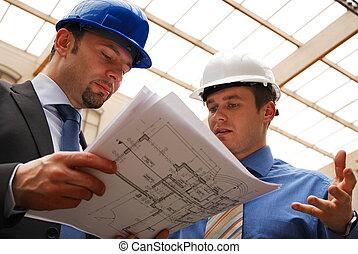 Arquitectos revisando los planos