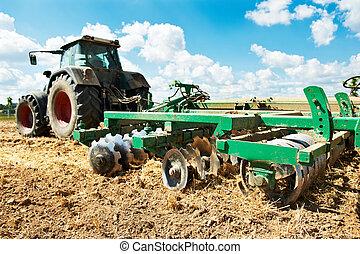 Arrojando tractor en el trabajo de campo