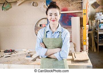 Artesanía femenina posando en el taller