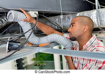Artisan instalando el sistema de aire acondicionado