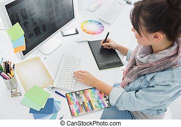 Artista dibujando algo en tabla gráfica en la oficina