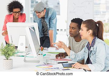 Artistas trabajando en el escritorio en creativo