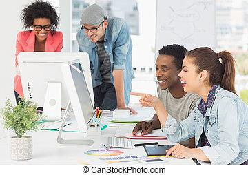 Artistas trabajando en el escritorio en la oficina creativa