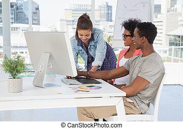 Artistas trabajando en la oficina creativa