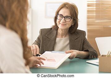 Asesor profesional trabajando con un empleado