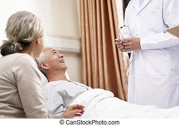 asiático, cama, hombre conversación, acostado, anciano, sala, médico hospital