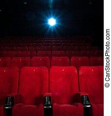 Asientos rojos vacíos con números en el cine