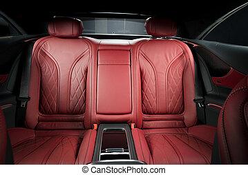Asientos traseros de pasajeros en un auto de lujo moderno