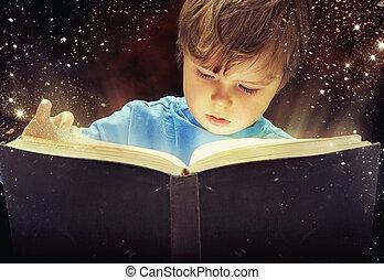 Asombrado joven con un libro mágico