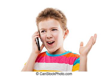 Asombrado y sorprendido niño hablando teléfono móvil o smartphon