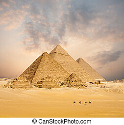 Atardecer todas las pirámides egipcias camellos lejanos