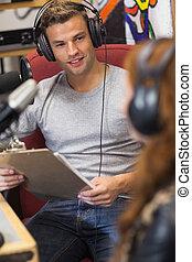 Atractivo anfitrión de radio feliz