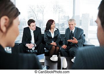Atrapar gente tomando café en la reunión de la oficina