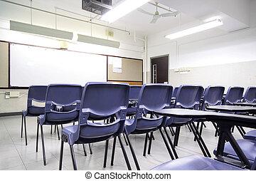 Aula vacía con silla y tabla