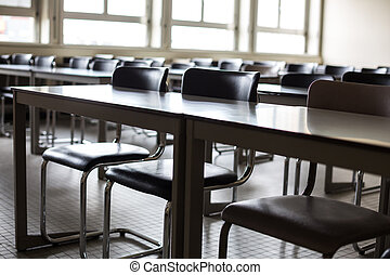 Aula vacía con sillas y escritorios