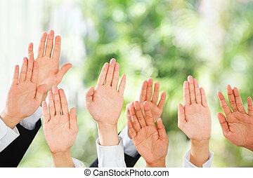 aumento, gente, encima, arriba, su, fondo verde, manos