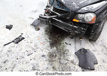 Auto negro roto en la carretera en invierno, accidente de choque, capucha arrugada