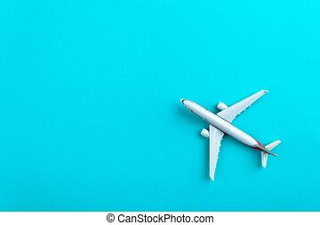 Avión en color pastel azul fondo.