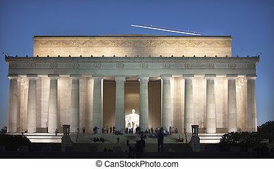Avión sobre la estatua conmemorativa de Lincoln Washington DC