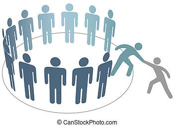 Ayudante ayuda a un amigo a unirse al grupo de miembros de la gente