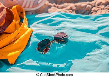 azul, bolsa, gafas de sol, toalla de playa, amarillo