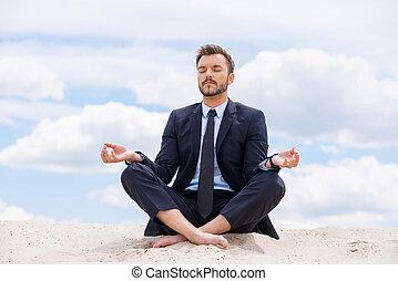 azul, mantener, el suyo, sentado, loto, meditar, dentro, cielo, joven, contra, mientras, soul., arena, calma, hombre de negocios, posición, guapo