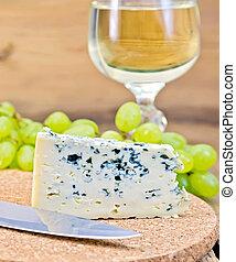 Azul queso a bordo con vino y uvas