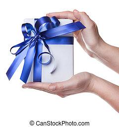 azul, regalo, paquete, aislado, manos de valor en cartera, cinta blanca