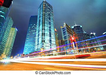 Azul soñado de edificios modernos de oficinas por la noche en el Lejano Oriente