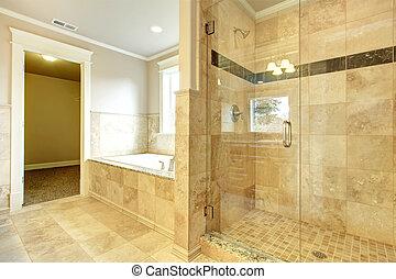 Baño acogedor con bañera y ducha de cristal