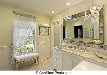 Baño con armario blanco