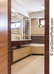 Baño de color marrón