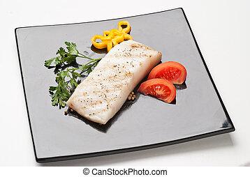 bacalao fresco en un plato negro