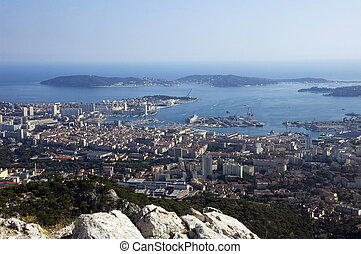 Bahía de Toulon y ciudad en la Riviera Francesa