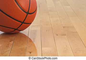 Bajo ángulo de baloncesto en el suelo del gimnasio de madera