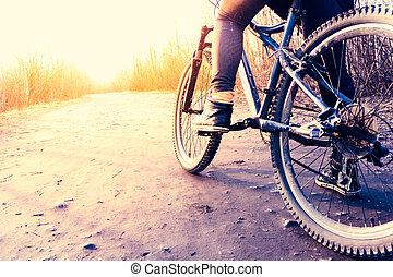 Bajo ángulo de vista del ciclista montando en bicicleta de montaña